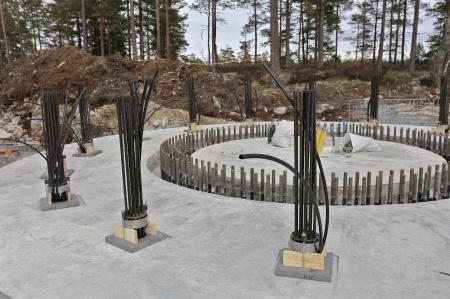 59. Varje wirestag består av 15 st linor av högvärdigt stål. De kommer att fästas i berget och spännas med en kraft av 320 ton.