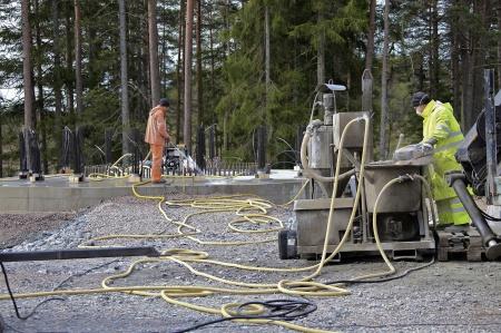 60. Fastsättning av wirestagen i berget med cement. Därefter skall stagen spännas.