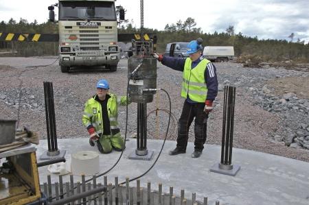 61. Wirestagen är fastsatta i berget med cement och nu skall stagen spännas.