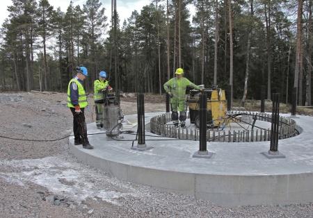 62. Wirestagen är fastsatta i berget med cement och här spänns stagen med en kraft av 320 ton.
