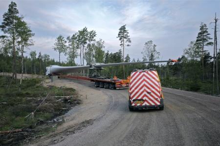 7 juli 2014 kl 04.00 - ytterligare 3 rotorblad anlände till vindkraftsparken på Mölnerudshöjden.