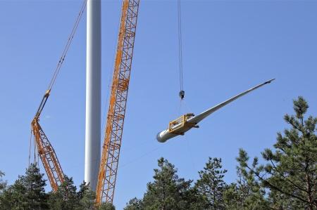 23 juli 2014 - Dags för nästa vindkraftverk att förses med rotorblad.