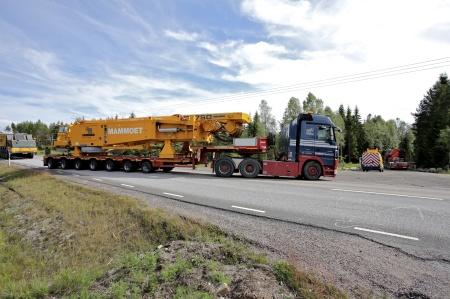 3 juli 2014 - de två tyngsta delarna av den stora byggkranen anlände från Tyskland.