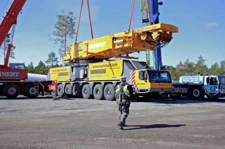 4 juli 2014 - monteringen av den stora byggkranen har startat.