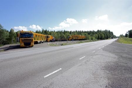 4 juli 2014 - fler leveranser av krandelar väntar ute vid E18.
