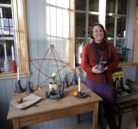 Keramiker Viki Pamlényi hälsar dig välkommen till sin verkstad och butik vid Hånsfors Bruk.