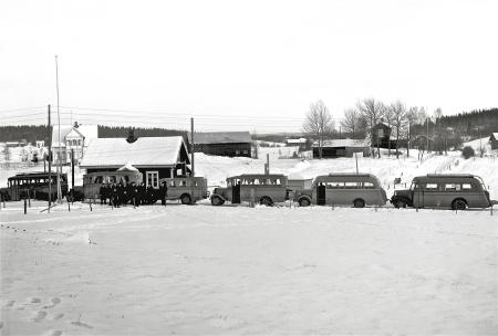 Leopold Anderssons bussar vid tullstationen i Hån. Foto Axel Gunnar Ödvall / Årjängs kommuns bildbank