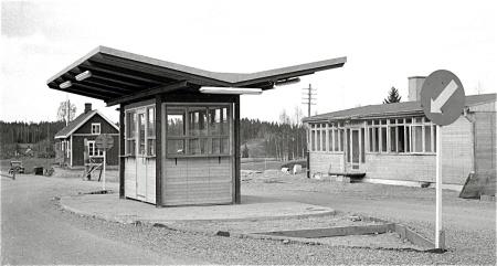 """""""Nya"""" tullstationen i Hån, i bakgrunden gamla tullen. Foto okänd"""