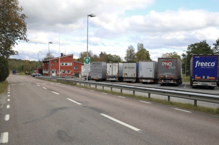 All trafik som hade varor att deklareravar tvungna att svänga in på gamla E18 till tullstationen i Hån.