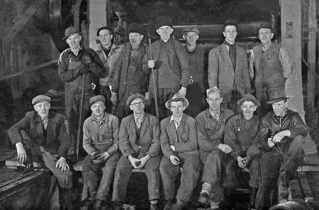 Några ur arbetsstyrkan vid pappersfabriken i Hån. Foto: Brynolf Söderblom / kopia Bengt Erlandsson.
