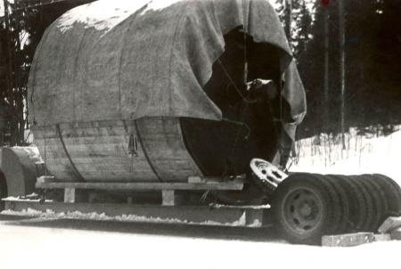 Hånsfors Bruks pappersbruk i Hån lades ner 1950 - 1952 och maskinerna såldes till utlandet. På bilden är papperscylindern lastad för avfärd. Foto: Brita Moberg