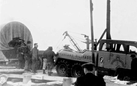 Hånsfors Bruks pappersbruk i Hån lades ner 1950 - 1952 och maskinerna såldes till utlandet. På bilden dras papperscylindern från Hån över den förstärkta slussbron i Töcksfors 1952. Foto: Brita Moberg