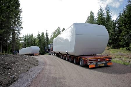 26 juni 2014 - det var köbildning med breda och tunga transporter på grusvägen från E18 in till vindkraftsparken vid Mölnerudshöjden.
