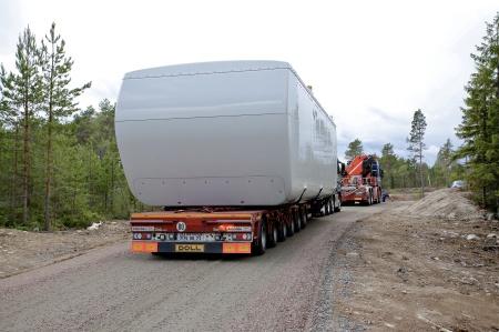 26 juni 2014 - första maskinhuset anlände till vindkraftsparken med hjälp av dragbil.