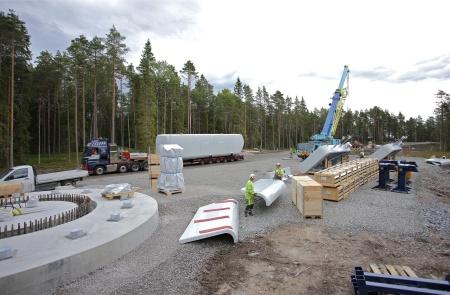 26 juni 2014 - materielen samlas på de nio bygg-platserna, här vid byggplatsen för vindkraftverk 7.