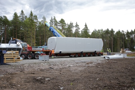 26 juni 2014 - dags att lyfta av maskinhuset från trailern.