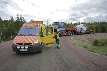 27 juni 2014 - en sats nav (noskon / hub) med rotorbladfästen anländer ute vid E18.