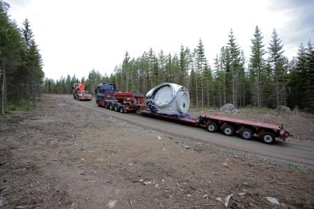 27 juni 2014 - en sats nav (noskon / hub) med rotorbladfästen anländer med draghjälp upp för backen till Mölnerudshöjden.