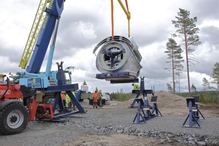 27 juni 2014 - en sats nav (noskon / hub) med rotorbladfästen anländer.