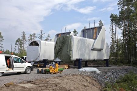 Maskinhusen monteras på löpande band. Här har två maskinhus försetts med kylare.