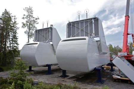 Maskinhusen förses med stora kylare för utrustningen som finns inne i maskinhusen.