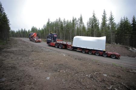 30 juni 2014 - här anländer en växellåda med axel och fästplatta för rotornav.