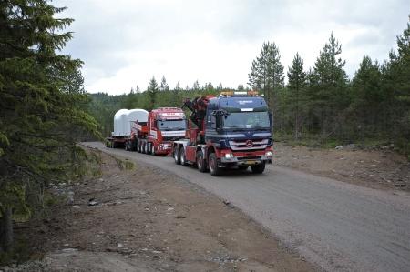 30 juni 2014 - här anländer ännu en växellåda med axel och fästplatta för rotornav.