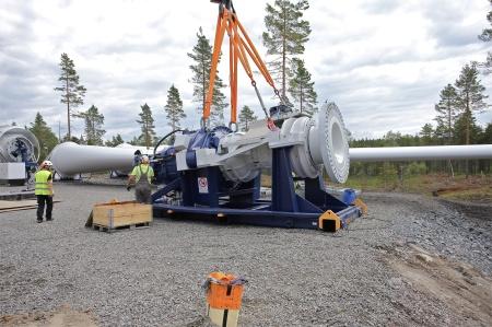 14 juli 2014 - växellåda med axel och fästplatta för rotornavet skall lyftas.