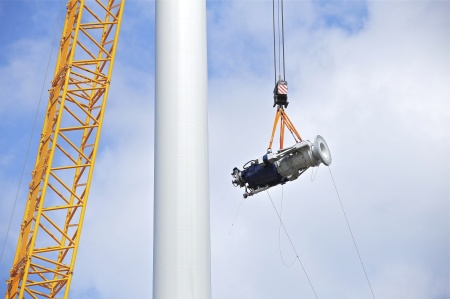 14 juli 2014 - växellåda med axel och fästplatta för rotornavet lyfter mot skyn.