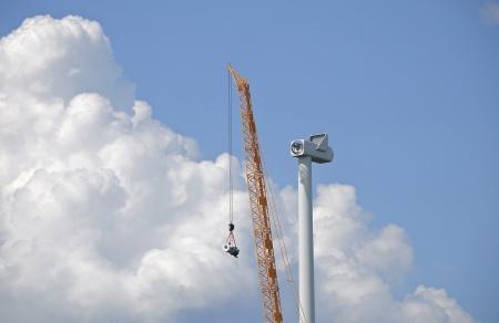 25 juli 2014 - maskinhuset är på plats i toppen av tornet. Nu är växellådan på väg upp.