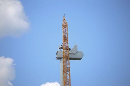 25 juli 2014 - maskinhuset är på plats i toppen av tornet. Här monteras växellådan i maskinhuset.