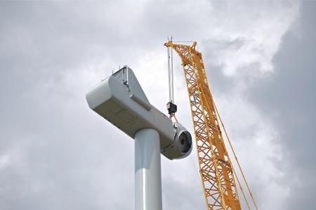 25 juli 2014 - här fäster man rotornavet vid maskinhuset.