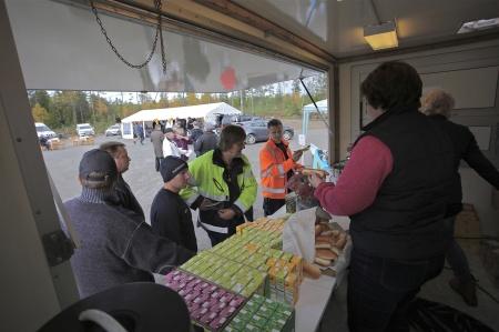 Holmedals AIS var tidigt på plats, redo att servera alla hungriga och kaffesugna besökare, och det var gratis - Rabbalshede Kraft bjöd.
