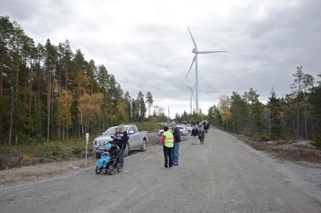 Det var en jämn ström av besökare som gick tipspromenaden och därefter samlades vid vindkraftverk 3, i väntan på invigningsceremonin.