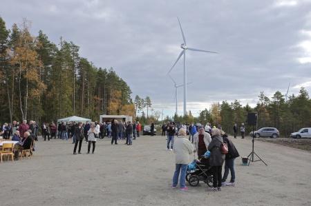Efter tipspromenaden samlades besökarna vid vindkraftverk 3, där det serverades bl a varm korv, dricka och kaffe med hembakt bröd.