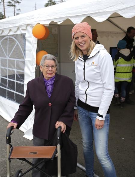 Emma Askengren från Rabbalshede Kraft samtalar med en av besökarna.
