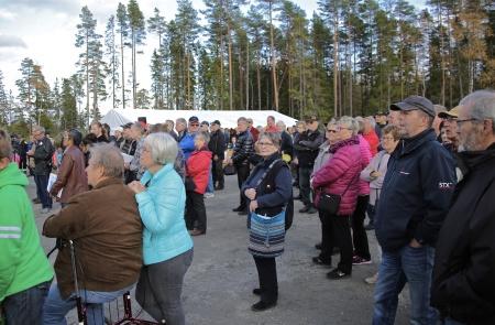 Besökarna samlades framför trappan till vindkraftverket för att lyssna på invigningstalen.
