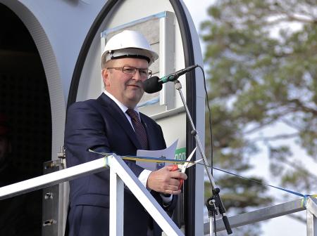 Landshövding Kenneth Johansson klippte bandet och förklarade vindkraftsparkerna i Årjängs kommun invigda.