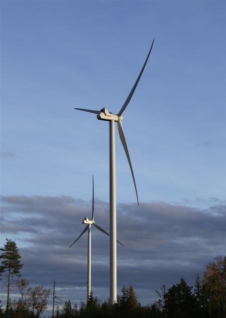Mörkret lägger sig över Mölnerudshöjden medan vindkraftverken fortsätter att jobba.