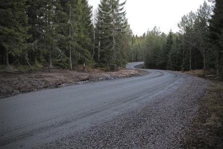 19 november 2013 - gamla skogsvägen från E18 söderut mot vindparksområdet har gjorts bredare och fått högre bärighet.