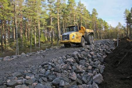 19 november 2013 - byggnation av ny väg mot vindkraftverken 8 och 9. Vägkroppen byggs upp med sprängsten från området.