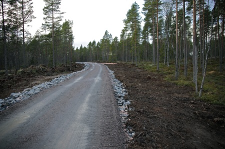 3 december 2013 - skogsmarken återställs längs med de färdiga vägarna.