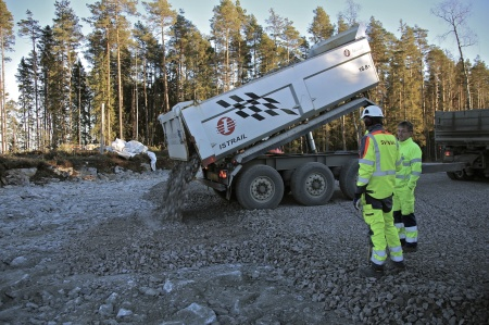 4 december 2013 - det finare ytmaterialet kommer på lastbil från bergtäkter i kommunen.