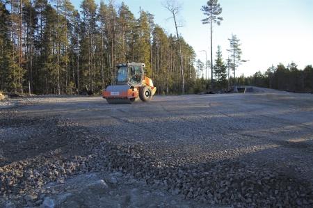 4 december 2013 - vägar och arbetsytor stabiliseras med en vibrerande kompaktor.