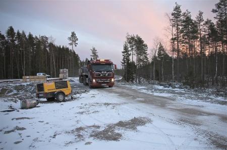 6 december 2013 - transporterna med ytmaterial till vägarna fortsätter.