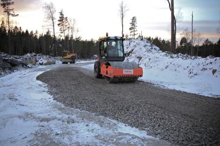 6 december 2013 - vägar och arbetsytor stabiliseras med en vibrerande kompaktor.