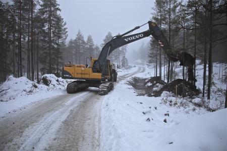 10 december 2013 - grävning av dike för kabelrör vid vägen mot vindkraftverken 6 - 9.