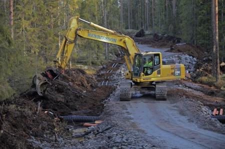 17 december 2013 - täckning av kabelrör och återställande av skogsmarken.