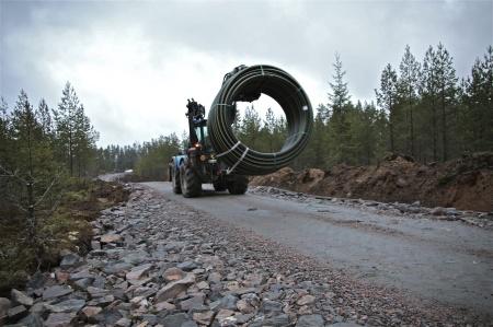 7 januari 2014 - här kommer en rulle kabelrör som skalll läggas ut.