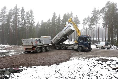 3 mars 2014 - det finare ytmaterialet kommer på lastbil från bergtäkter i kommunen.